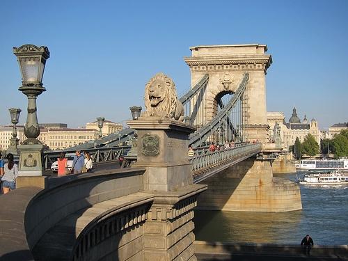 Перейти через мост Сечени, наслаждаясь видом в Будапеште