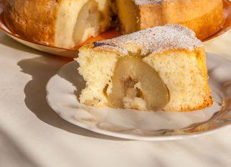 Пирог с грушей на тарелке