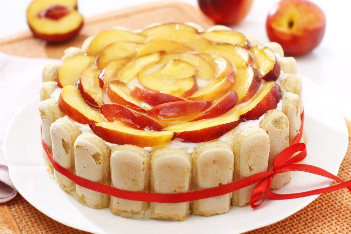 Пирог из печенья со сливками и украшенный персиком