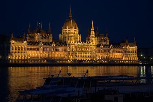 Посмотреть на венгерский парламент в Будапеште