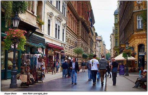 Прогуляться по улочкам Будапешта в компании друзей