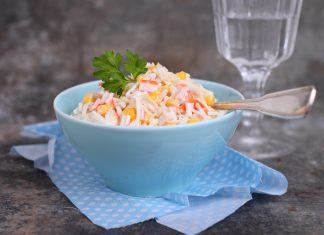 Салат с крабами и кукурузой на голубой тарелке