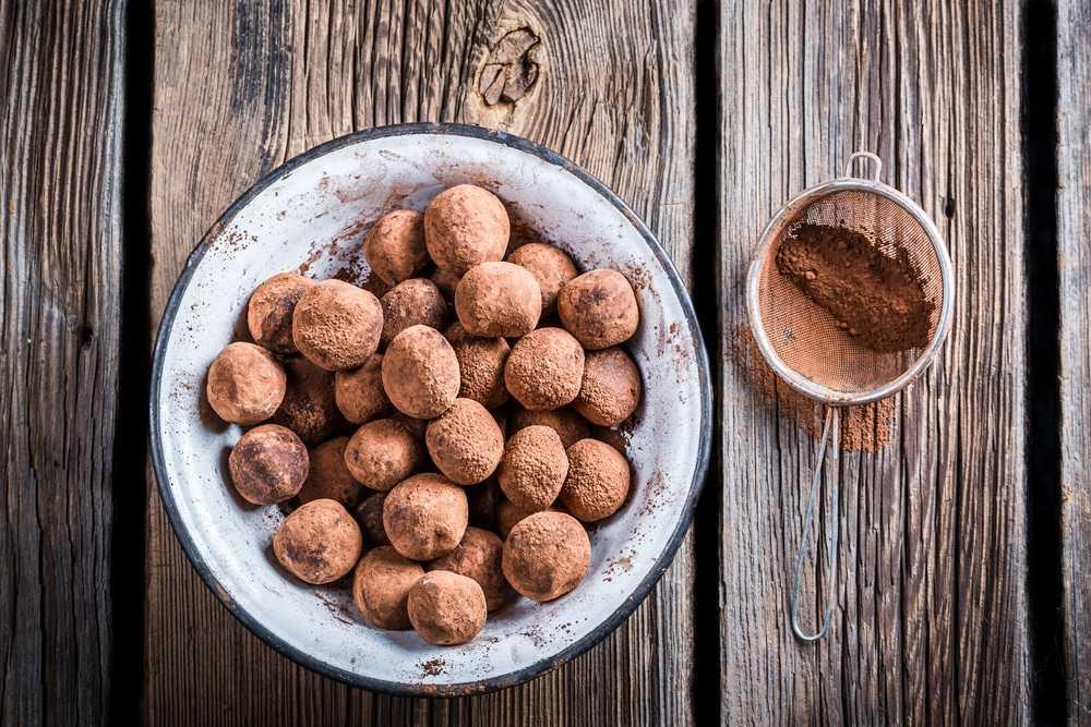 шоколадные шарики в миске на деревянной поверхности