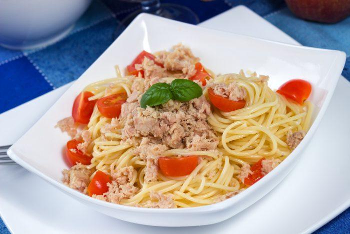 Спагетти с тунцом и томатным соусом