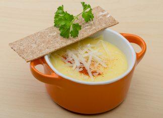 сырный суп на тарелке с хлебцом