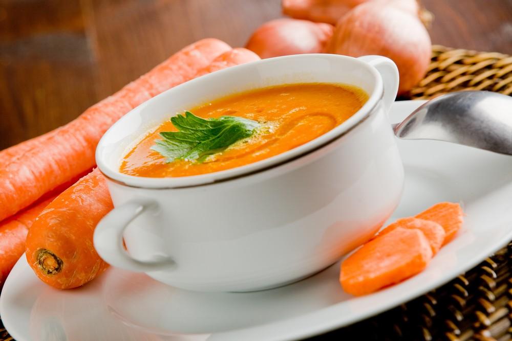 Морковный суп на тарелке с морковью