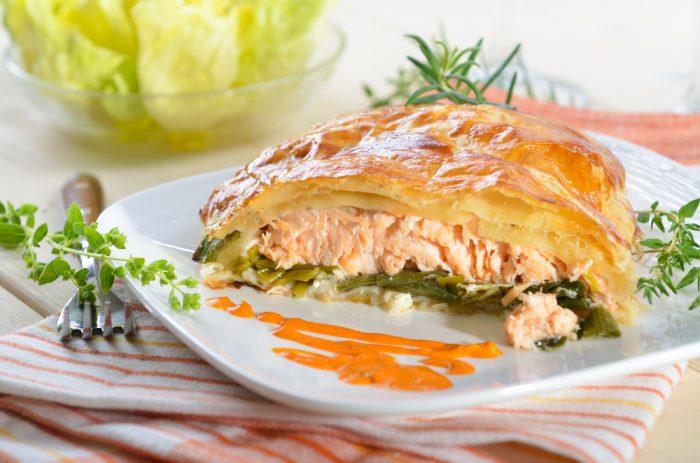 Запеканка из лосося и лука порея с соусом