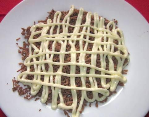 Шаг 4: Смешайте печень с оставшимся луком и полейте майонезом.