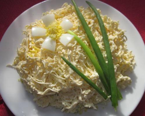 Шаг 7: Отставьте салат на 20-30 минут, чтобы он пропитался, украсьте яйцом и зеленью и подавайте.