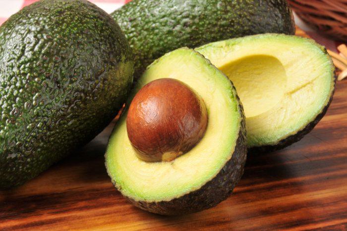 Целое и разрезанное авокадо
