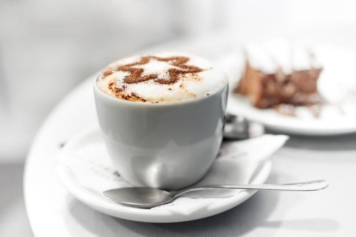 Белая чашка с кофе и звездой из шоколада