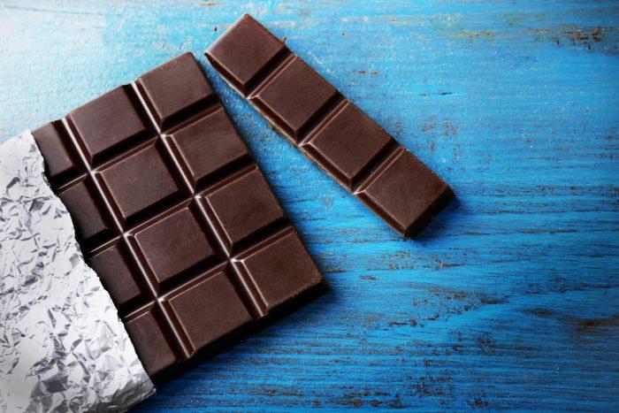 Черный шоколад на голубом фоне