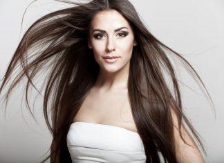 Девушка в белом топе с длинными волосами