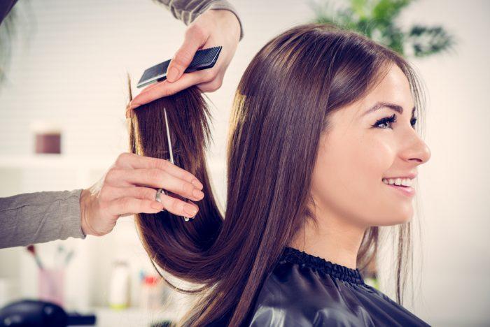 Девушке подстигают кончики волос
