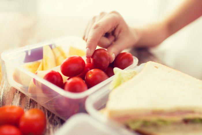 Еда в пластиковом контейнере