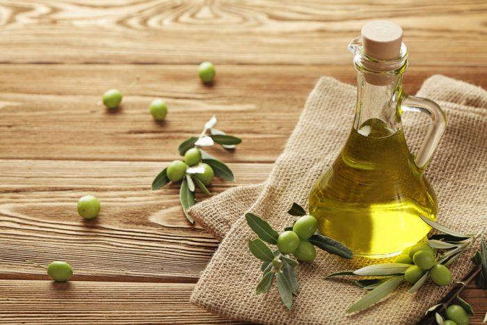 Графин с оливковым маслом на мешковине
