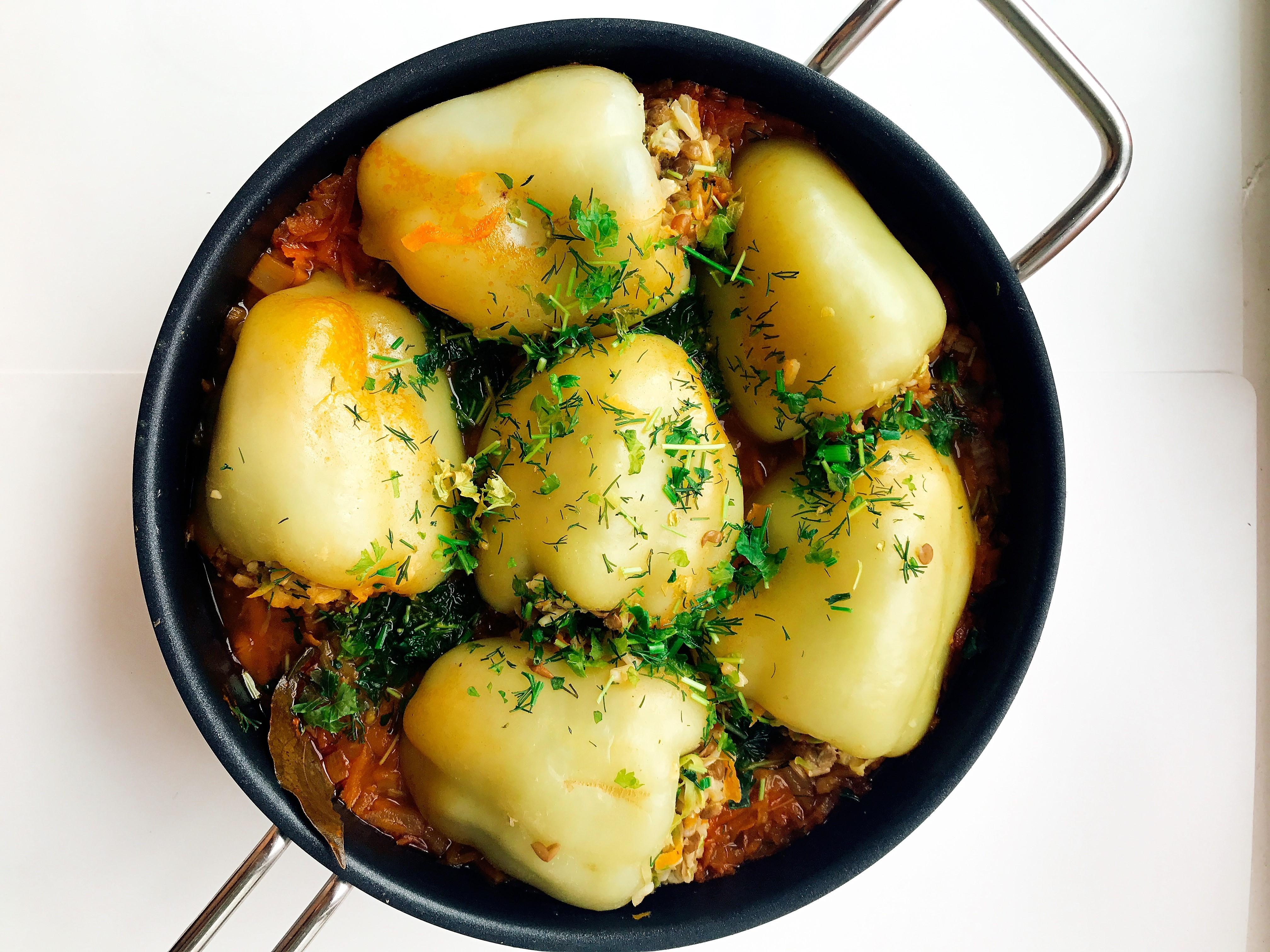Картофель фаршированный грибами на тарелке