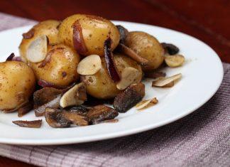 Картофель с грибами на тарелке