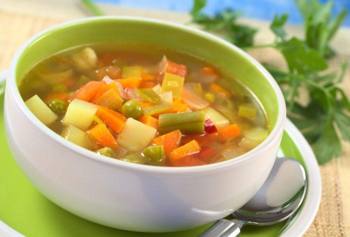 овощной суп в белой тарелке