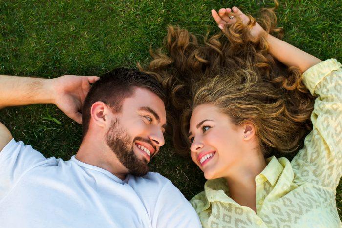 Парень и девушка лежат на траве