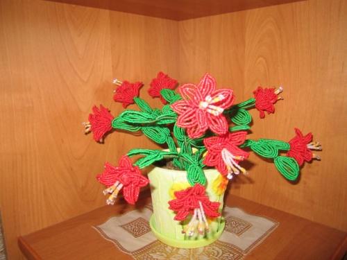 Цветочная композиция из бисера Рождественник