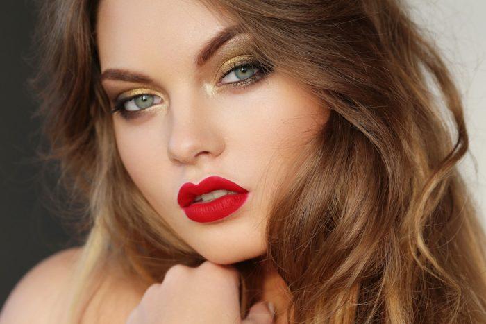 Красивая девушка с красной помадой