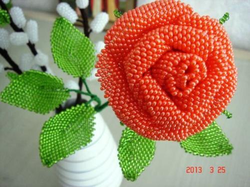Цветочная композиция из бисера Красная роза