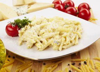 Макароны в сырной соусе с томатами