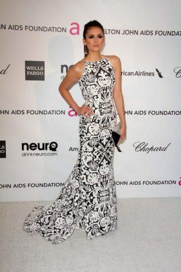 Нина Добрев в черно-белом наряде