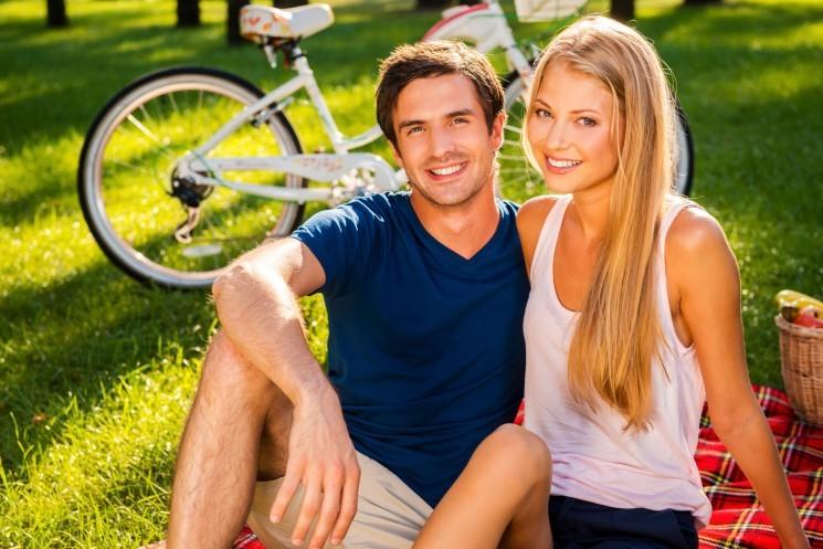 Парень с девушкой на пикнике