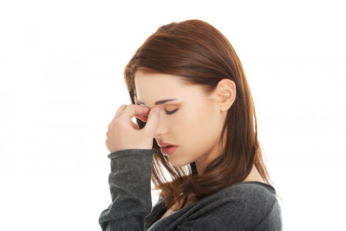 Расстроенная девушка на белом фоне