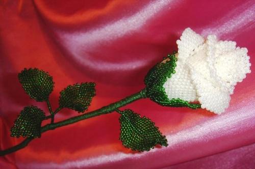 Цветочная композиция из бисера Роза белая