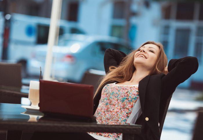 Счастливая девушка сидит на стуле