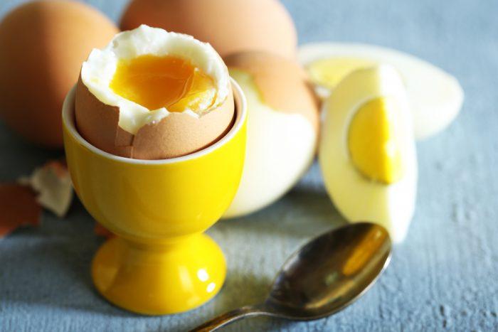 Вареное яйцо в желтой подставке