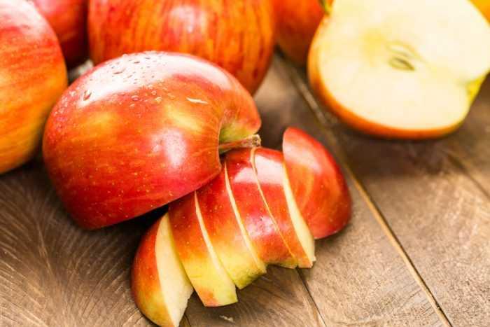 Яблоки половинками и дольками