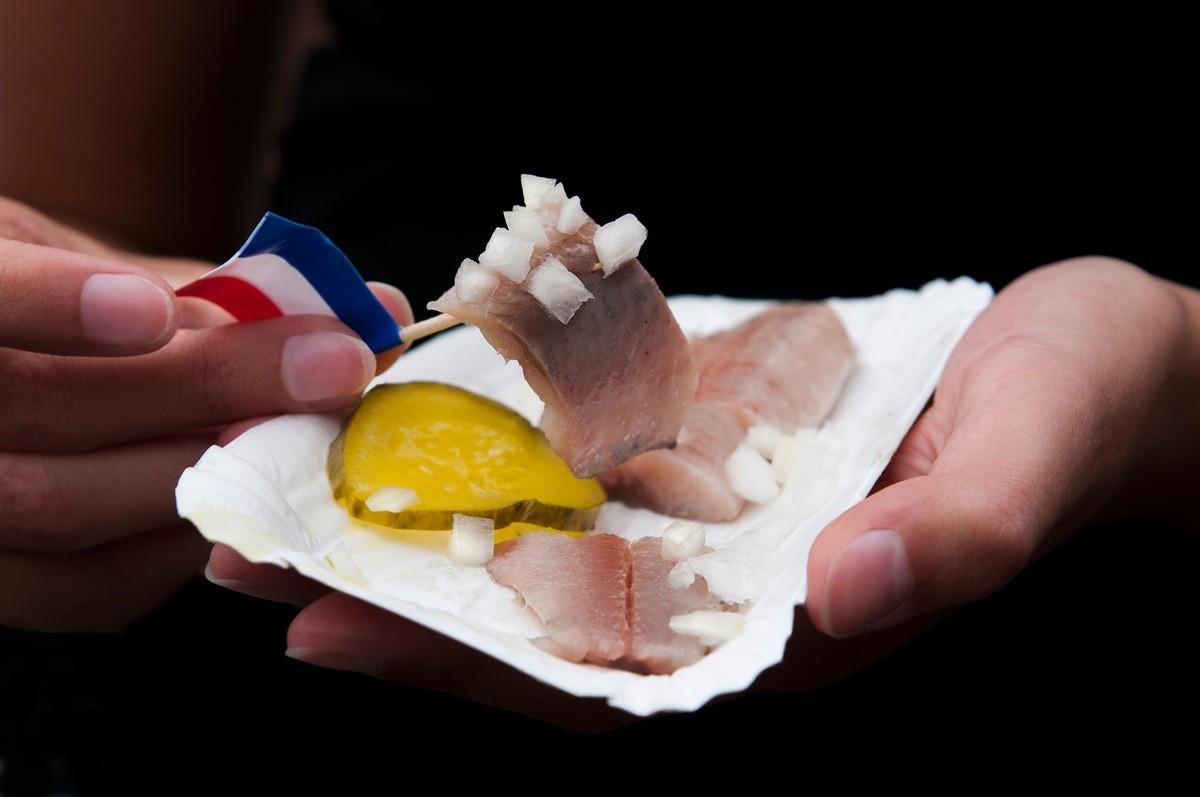 12 самых вкусных уличных блюд со всего мира - Селедка (Нидерланды)