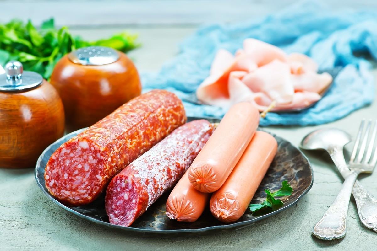 14 продуктов, которые нельзя есть во время беременности Колбаса