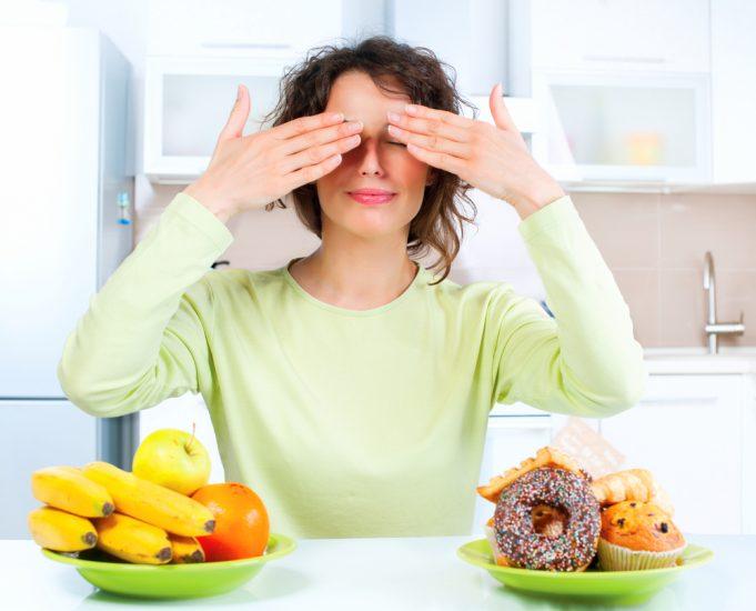 Девушка закрыла руками глаза перед едой