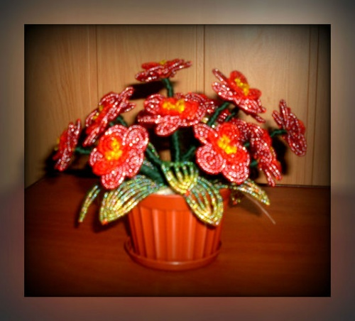 Цветочные композиции из бисера Красная фиалка