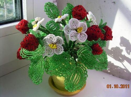 Цветочная композиция из бисера Клубника