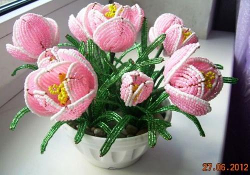 Цветочная композиция из бисера Крокусы розовые