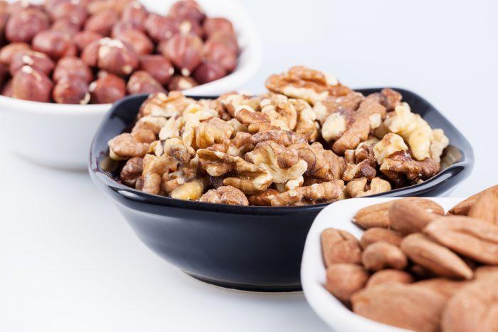 Орехи, фисташки, фундук в тарелках