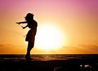 счастливая девушка возле моря