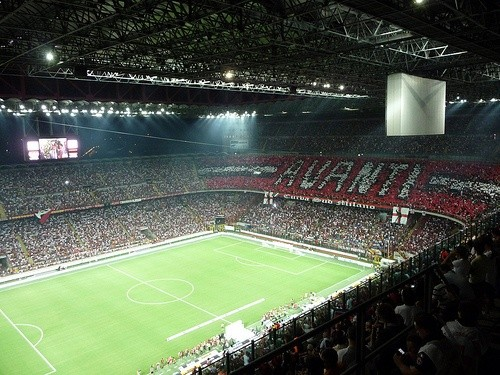 Посмотрите футбол на стадионе Сан-Сиро