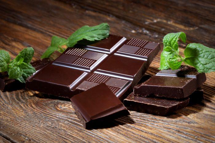 Темный шоколад с листочком мяты