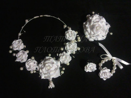 Комплект украшений Белые розы из атласных лент по технике канзаши