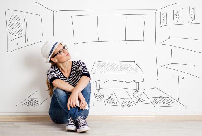 Девушка сидит у разрисованной стены