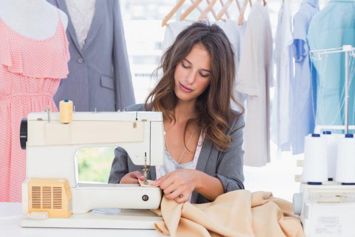 Девушка со швейной машинкой