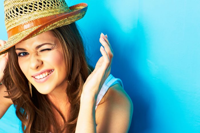 Девушка в шляпе на голубом фоне