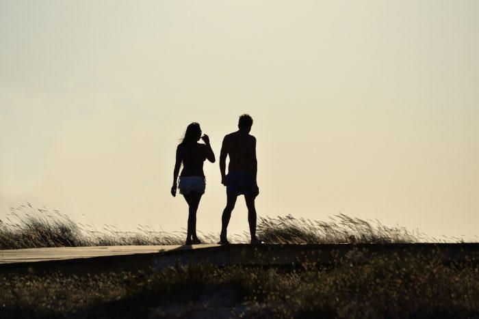 Парень и девушка вечером на прогулке